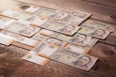 Währung auf Holztisch Lizenzfreie Stockbilder