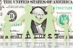 Papierfamilie auf dem einem Dollarhintergrund Stockfoto