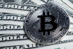 Währungsmünze hoher Wert Bitcoin Crpto auf US-Dollar Banknoten Lizenzfreie Stockfotografie