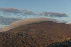 Wälder auf Apennines bei Sonnenaufgang im Herbst, Berg Cucco, Umbrien, Stockbild