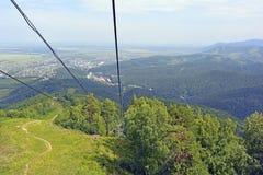 Wälder, Berge, Häuser Foto gemacht während einer Reise auf einem Sessellift Stockfoto