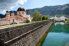 Wände der Festung und Gebäude der serbischen orthodoxen Kirche in Kotor-Stadt, Balkan, Montenegro Seehafen von Adria stockfotografie