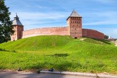 Wände des Novgorod der Kreml am sonnigen Tag des Sommers Stockbild