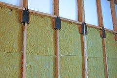 Wände eines Rahmenhauses mit verschiedenen Arten der Wärmedämmung Stockbilder