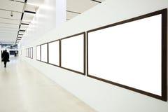 Wände im Museum mit leeren Feldern und Person Stockbilder