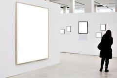 Wände im Museum mit leeren Feldern und Person Lizenzfreie Stockbilder
