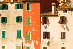 Wände und Fenster Lizenzfreies Stockfoto