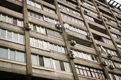Wände und Fenster der alten sowjetischen Häuser Lizenzfreies Stockfoto