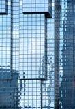 Wände und Reflexionen von Wolkenkratzern Stockfotografie