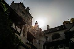 Wände und Türme von Kleie ziehen sich in den Strahlen der untergehenden Sonne zurück Der legendäre Wohnsitz von Drakula in den Ka Lizenzfreie Stockfotos