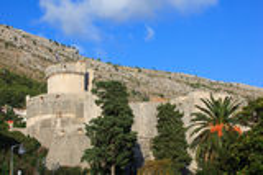 Wände von Dubrovnik mit Anblick auf Min?eta ragen hoch Lizenzfreie Stockbilder