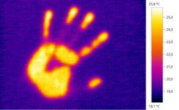 Wärmebildfoto, Abdruckhand auf der WandFarbskala Stockfotografie