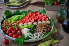 Wärmen Sie gegrilltes Geflügelsalat mit Gemüse und Früchten Lizenzfreie Stockfotografie