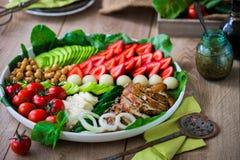 Wärmen Sie gegrilltes Geflügelsalat mit Gemüse und Früchten Stockfoto