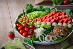 Wärmen Sie gegrilltes Geflügelsalat mit Gemüse und Früchten Stockbilder