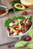 Wärmen Sie gegrilltes Geflügelsalat mit Gemüse und Früchten Lizenzfreie Stockfotos