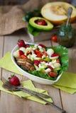 Wärmen Sie gegrilltes Geflügelsalat mit Gemüse und Früchten Stockfotografie