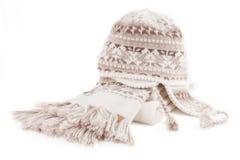 Wärmen Sie gestrickten Schal und Schutzkappe Stockfotos