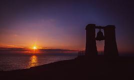 Wärmen Sie schönen Sonnenuntergang mit der Kontur der Glocke Stockbild