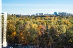 wärmen Sie sonnigen Oktober-Tag und Ansicht des undeutlichen Parks stockfoto