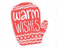 Wärmen Sie Wünsche Übergeben Sie Beschriftung in der roten Handschuhform für Weihnachtskarten und -Tags Stockfotos