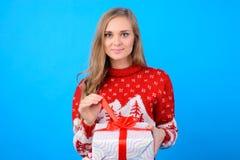 Wärmen Sie Wünsche! Frohe Feiertage! Nettes junges teenag Mädchen öffnet b stockfotos
