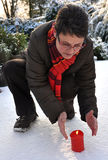 Wärmenhände der Frau im Winter stockfotografie