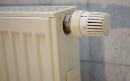 Wärmeregler auf einer deutschen Heizung im Detail Stockfotografie