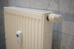 Wärmeregler auf einer deutschen Heizung im Detail Stockbilder