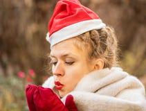 Wärmt tragender Hut der jungen kaukasischen Frau WeihnachtsHände draußen lizenzfreie stockbilder