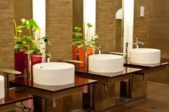 Wäsche-Bassins im Restroom lizenzfreies stockbild