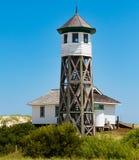 Wäsche-Holz-Ausblick-Turm und Bootshaus in Corolla, North Carolina lizenzfreie stockfotos