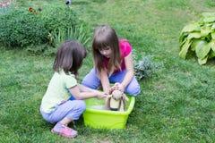 Wäsche mit zwei Mädchen lizenzfreie stockfotos
