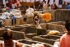 Wäsche-Service in Indien Wäscherei, trockene Sachen auf der Wäscheleine Mumbai stockbild