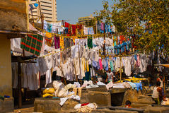 Wäsche-Service in Indien Wäscherei, trockene Sachen auf der Wäscheleine Mumbai stockfoto
