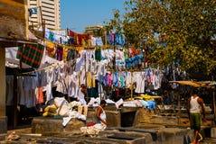 Wäsche-Service in Indien Wäscherei, trockene Sachen auf der Wäscheleine Mumbai stockfotos