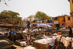 Wäsche-Service in Indien Wäscherei, trockene Sachen auf der Wäscheleine Mumbai lizenzfreies stockbild