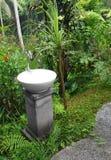 Wäschebassin mit Hahn, im Freiengarten Stockfoto