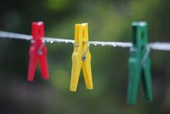 Wäscheklammer nach einem Regen Stockfoto