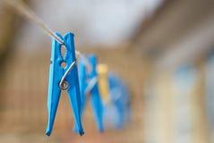 Wäscheklammern auf Wäscheleine lizenzfreie stockfotos