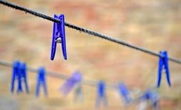 Wäscheklammern, die bei zwei Wäscheleinen hängen stockfotos