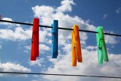 Wäscheklammern im Himmel stockfotografie
