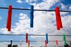 Wäscheklammern im Himmel lizenzfreies stockfoto