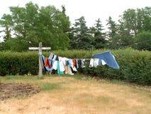 Wäscheleine auf dem Grasland Stockfotos