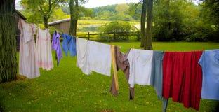 Wäscheleine auf einem alten Bauernhof Stockfotos