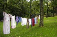 Wäscheleine auf einem alten Bauernhof stockbilder