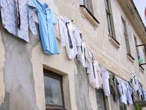 Wäscheleine in der alten Stadtstraße Stockfotos
