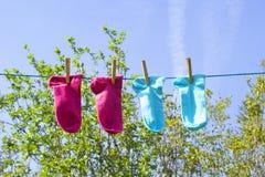 Wäscheleine mit bunten Socken Stockfotos