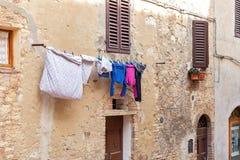 Wäscherei auf einem Seil lizenzfreie stockfotos