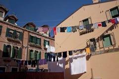 Wäscherei, die über der Straße in Venedig hängt stockbilder